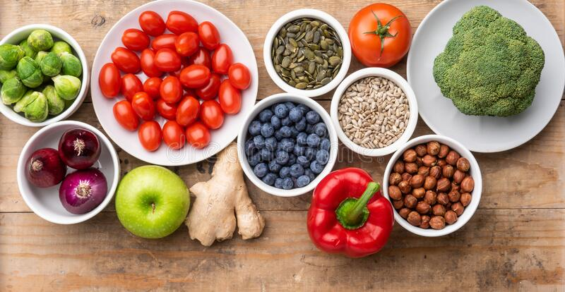 Συστατικά υγιεινής διατροφής: νωπά λαχανικά, φρούτα και υπερτροφές Διατροφή, διατροφή, έννοια χορτοφαγικών προϊόντων στοκ φωτογραφίες με δικαίωμα ελεύθερης χρήσης