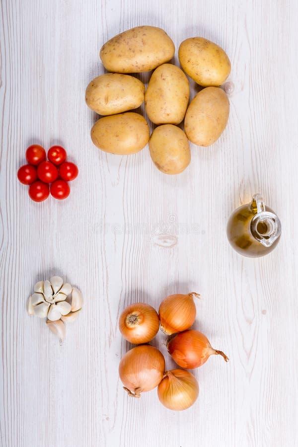 Συστατικά φρέσκων λαχανικών στο άσπρο ξύλινο υπόβαθρο στοκ εικόνα
