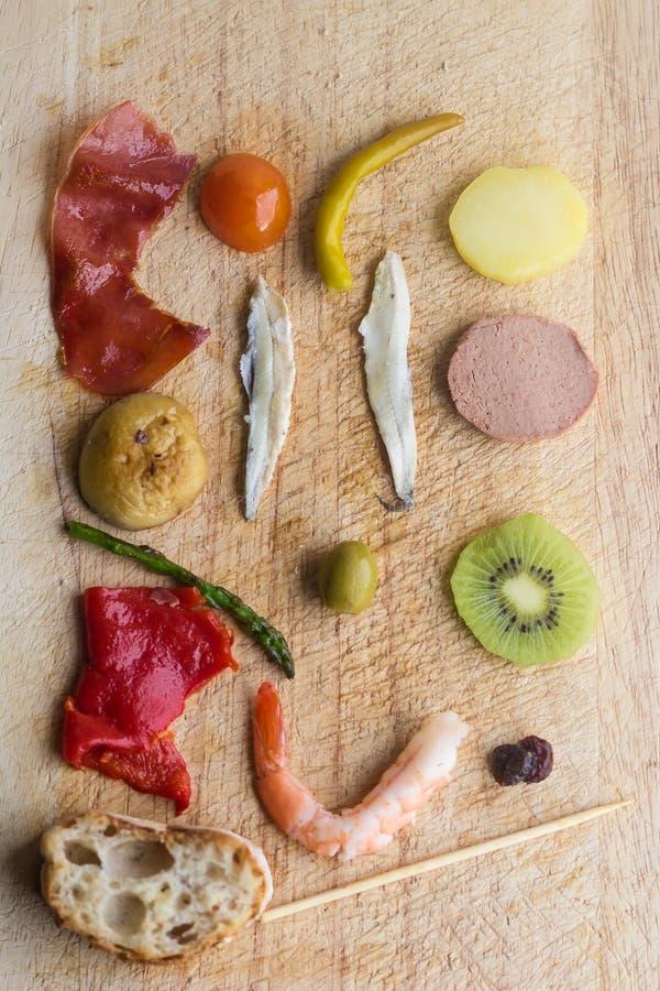 Συστατικά Pintxo Pintxos σε έναν αγροτικό πίνακα, τρόφιμα από τη βασκική χώρα στοκ φωτογραφία με δικαίωμα ελεύθερης χρήσης
