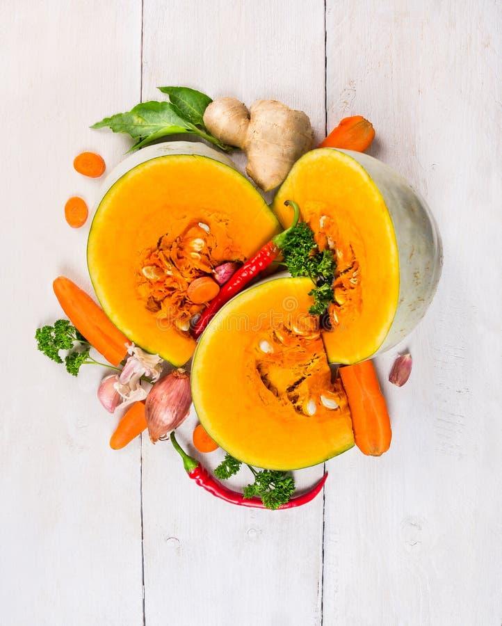 Συστατικό για τη σούπα κολοκύθας, καρυκεύματα με τα λαχανικά στοκ φωτογραφία