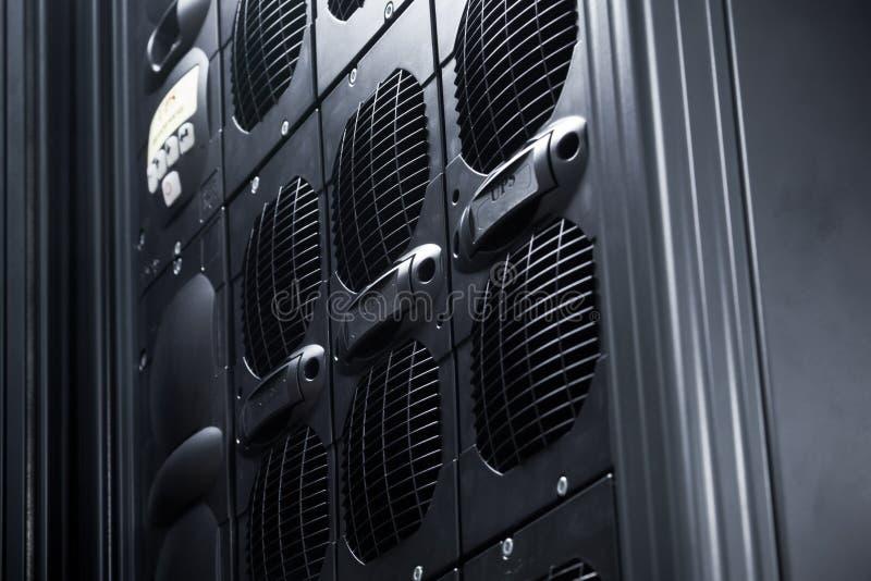 Συστοιχία UPS σε ένα κέντρο δεδομένων στοκ εικόνες