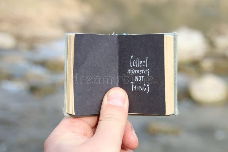 Συλλέξτε τα πράγματα στιγμών όχι, το εκλεκτής ποιότητας βιβλίο και το κείμενο στοκ εικόνα