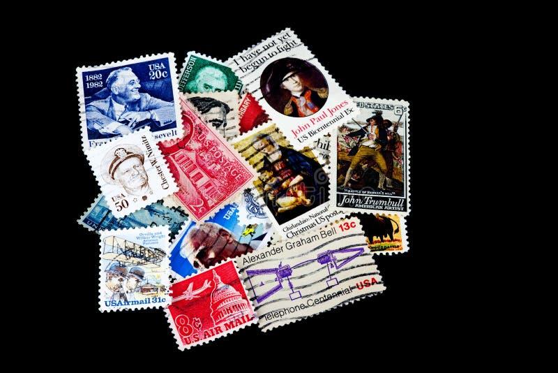 Συλλογή ΑΜΕΡΙΚΑΝΙΚΩΝ γραμματοσήμων στο μαύρο υπόβαθρο στοκ εικόνες