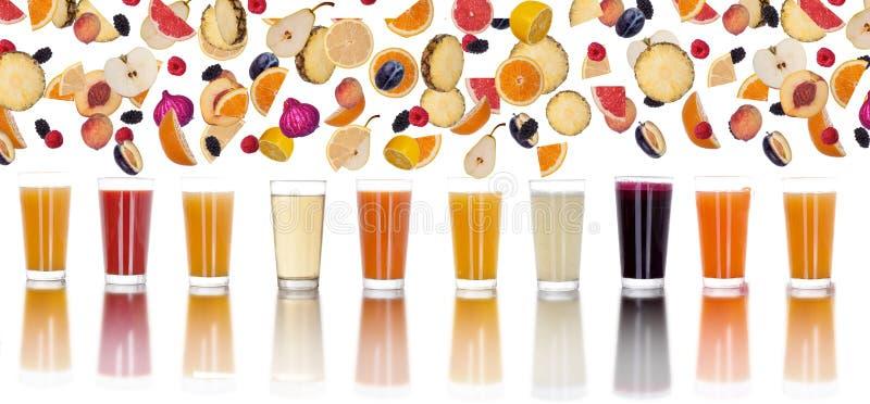 Συλλογή των φρούτων στο άσπρο υπόβαθρο και το πρόσφατα συμπιεσμένο j στοκ εικόνες