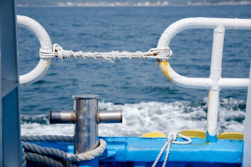 Σφήνα και φράκτης ασφάλειας στο gunnel στο πορθμείο νησιών κοντά στο coastalline στο νησί Geoje στοκ εικόνα με δικαίωμα ελεύθερης χρήσης
