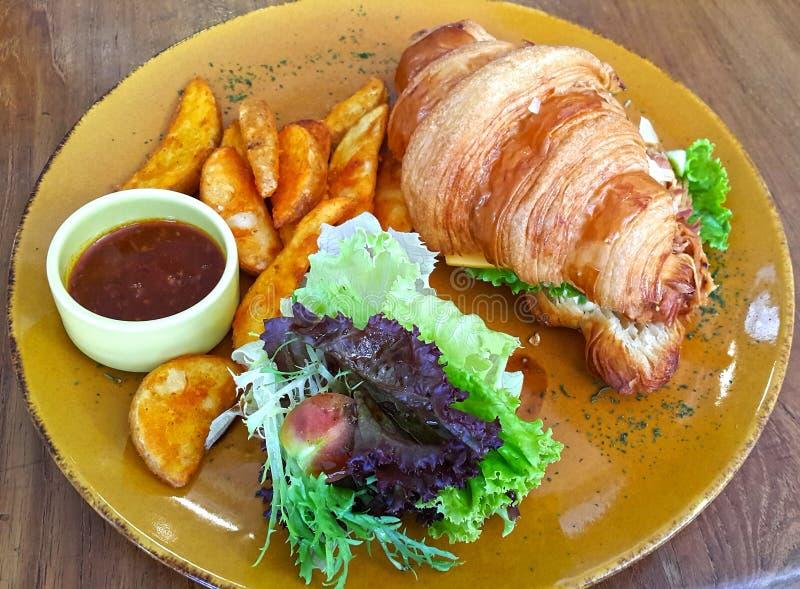 Σφήνες σάντουιτς και πατατών Croissant κοτόπουλου στοκ εικόνες