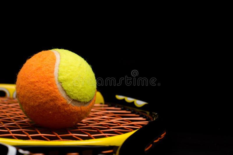 Σφαίρα αντισφαίρισης για τα παιδιά με τη ρακέτα αντισφαίρισης στοκ φωτογραφία