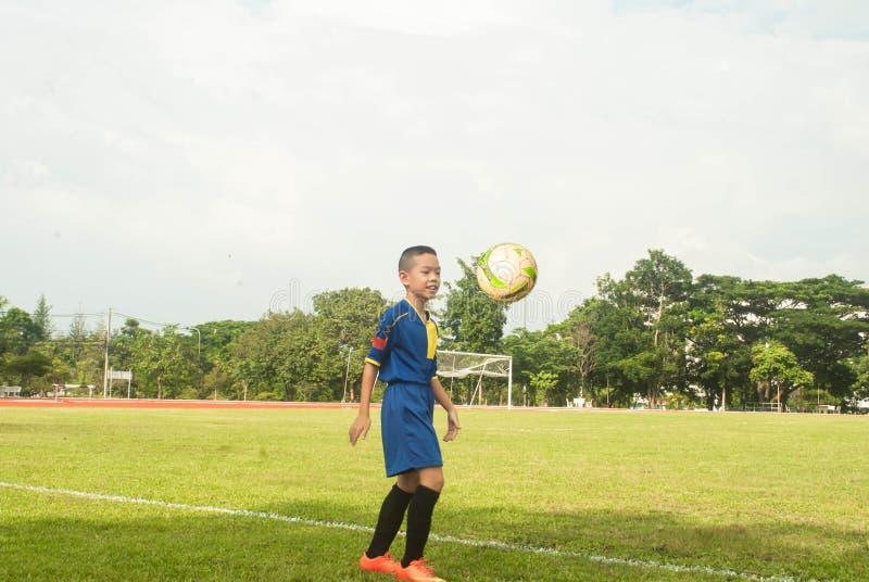 Σφαίρα β γραμμών χλόης σταδίων αγωνιστικών χώρων ποδοσφαίρου ποδοσφαίρου παιχνιδιού αγοριών της Ασίας στοκ φωτογραφίες με δικαίωμα ελεύθερης χρήσης