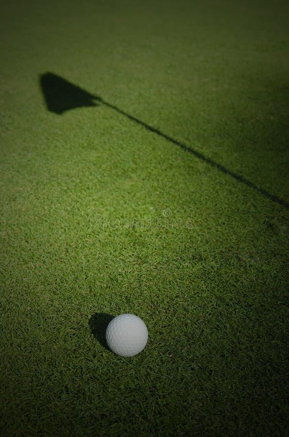 Σφαίρα γκολφ και σκιά σημαιών στοκ φωτογραφία με δικαίωμα ελεύθερης χρήσης