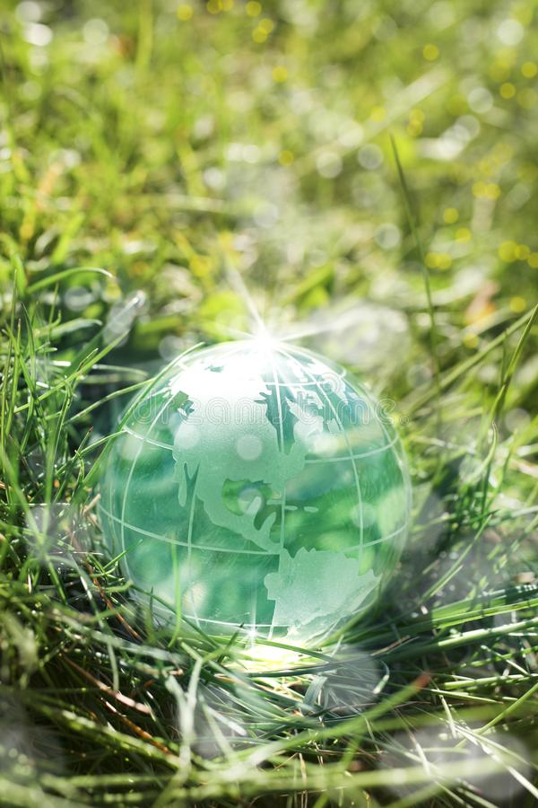 Σφαίρα γυαλιού στην πράσινη χλόη στοκ φωτογραφία με δικαίωμα ελεύθερης χρήσης