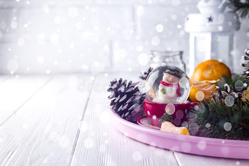 Σφαίρα γυαλιού Χριστουγέννων με το χιονάνθρωπο μέσα στοκ εικόνα