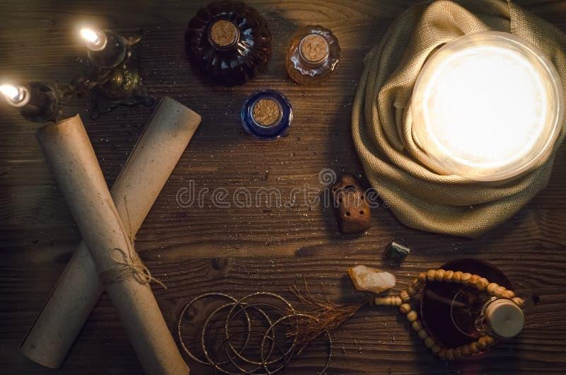 Σφαίρα κρυστάλλου και αρχαίοι μαγικοί κύλινδροι seance Μελλοντική έννοια ανάγνωσης στοκ εικόνες