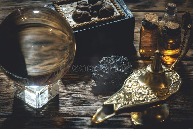 Σφαίρα κρυστάλλου και μαγικός λαμπτήρας στοκ εικόνες με δικαίωμα ελεύθερης χρήσης