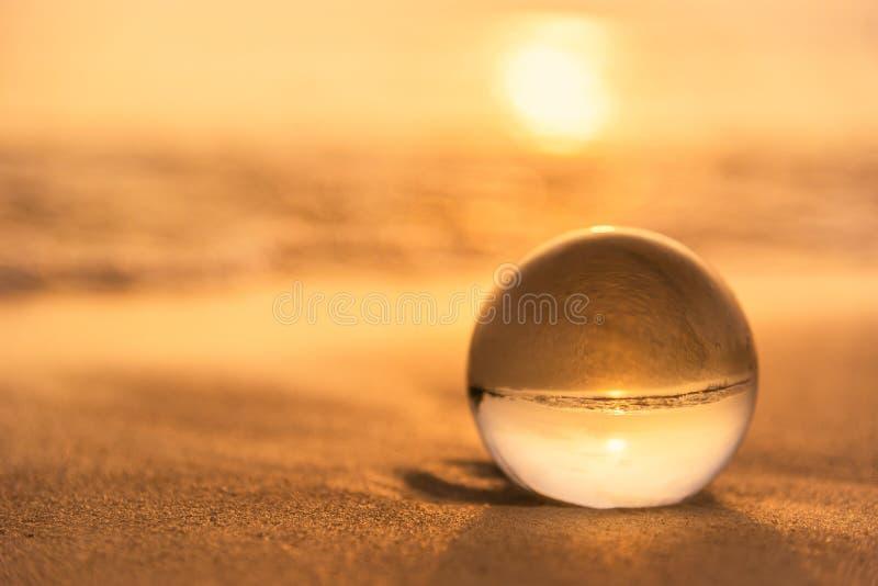 Σφαίρα κρυστάλλου στην παραλία με τα κύματα θάλασσας στην ανατολή πρωινού Ταϊλάνδη στοκ φωτογραφία με δικαίωμα ελεύθερης χρήσης