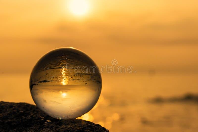 Σφαίρα κρυστάλλου στην παραλία με τα κύματα θάλασσας στην ανατολή πρωινού Ταϊλάνδη στοκ εικόνα με δικαίωμα ελεύθερης χρήσης