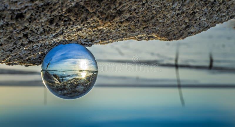 Σφαίρα κρυστάλλου στην παραλία στοκ εικόνες με δικαίωμα ελεύθερης χρήσης