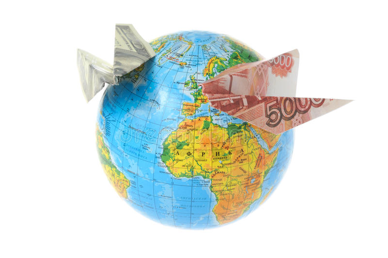 Σφαίρα με τα αεροπλάνα origami που γίνονται από τα χρήματα που απομονώνονται στο λευκό στοκ φωτογραφία με δικαίωμα ελεύθερης χρήσης