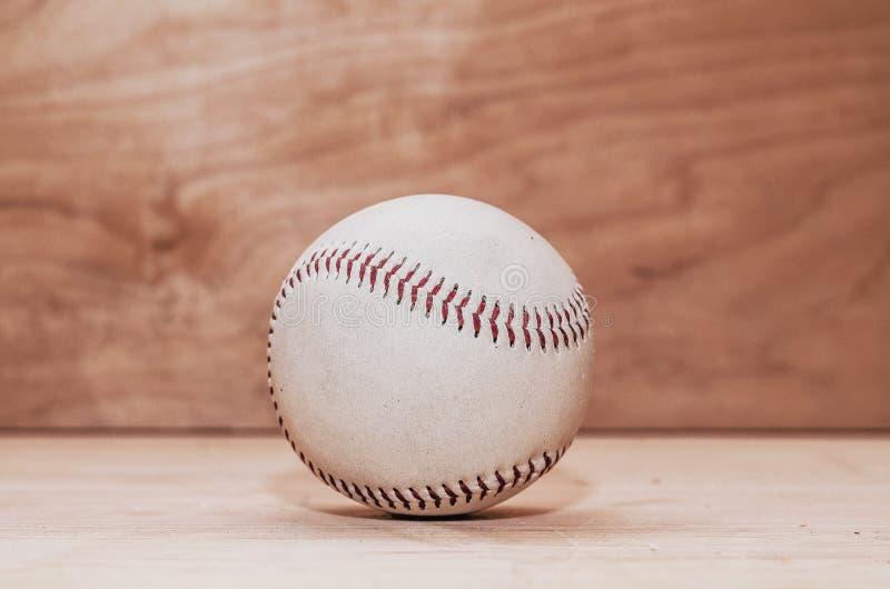 Σφαίρα μπέιζ-μπώλ στο ξύλινο υπόβαθρο Χειροποίητος, αθλητισμός Το παιχνίδι στοκ φωτογραφία