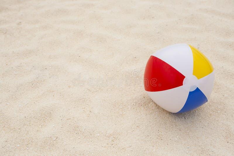 σφαίρα παραλιών στην άμμο στοκ φωτογραφίες