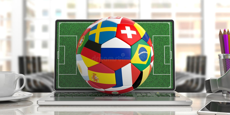 Σφαίρα ποδοσφαίρου ποδοσφαίρου με τις παγκόσμιες σημαίες σε ένα πληκτρολόγιο υπολογιστών, υπόβαθρο γραφείων θαμπάδων τρισδιάστατη ελεύθερη απεικόνιση δικαιώματος
