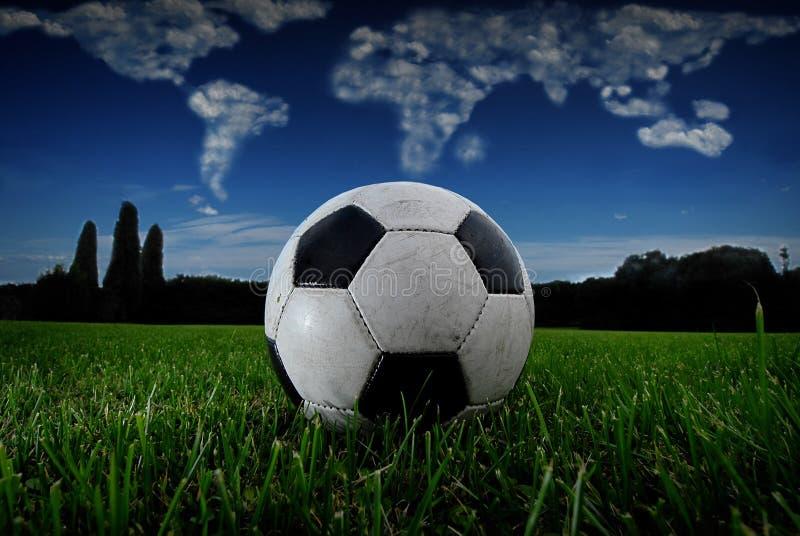 Σφαίρα ποδοσφαίρου στη χλόη με τη σφαίρα στοκ εικόνα με δικαίωμα ελεύθερης χρήσης