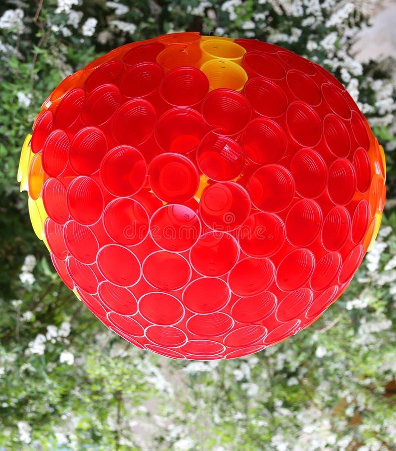 Σφαίρα που γίνεται με τα χρωματισμένα πλαστικά φλυτζάνια για τη διακόσμηση στοκ εικόνες