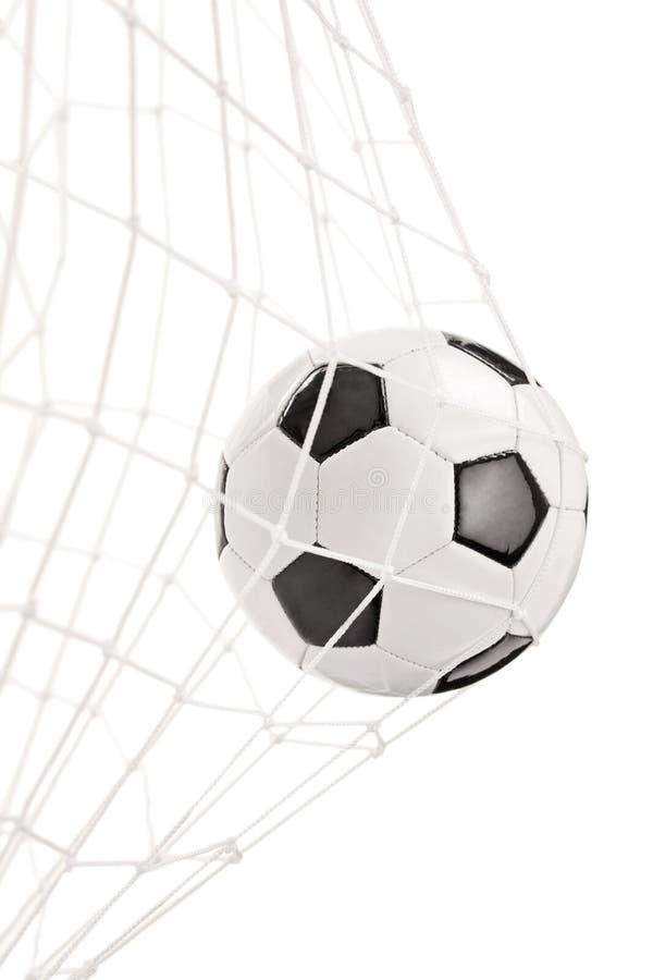 Σφαίρα ποδοσφαίρου σε έναν στόχο καθαρό στοκ φωτογραφία