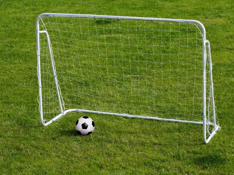 Σφαίρα ποδοσφαίρου στις πύλες στοκ εικόνα με δικαίωμα ελεύθερης χρήσης