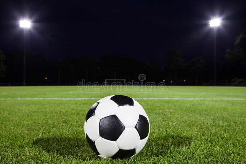 Σφαίρα ποδοσφαίρου στο αγωνιστικό χώρο στοκ εικόνες