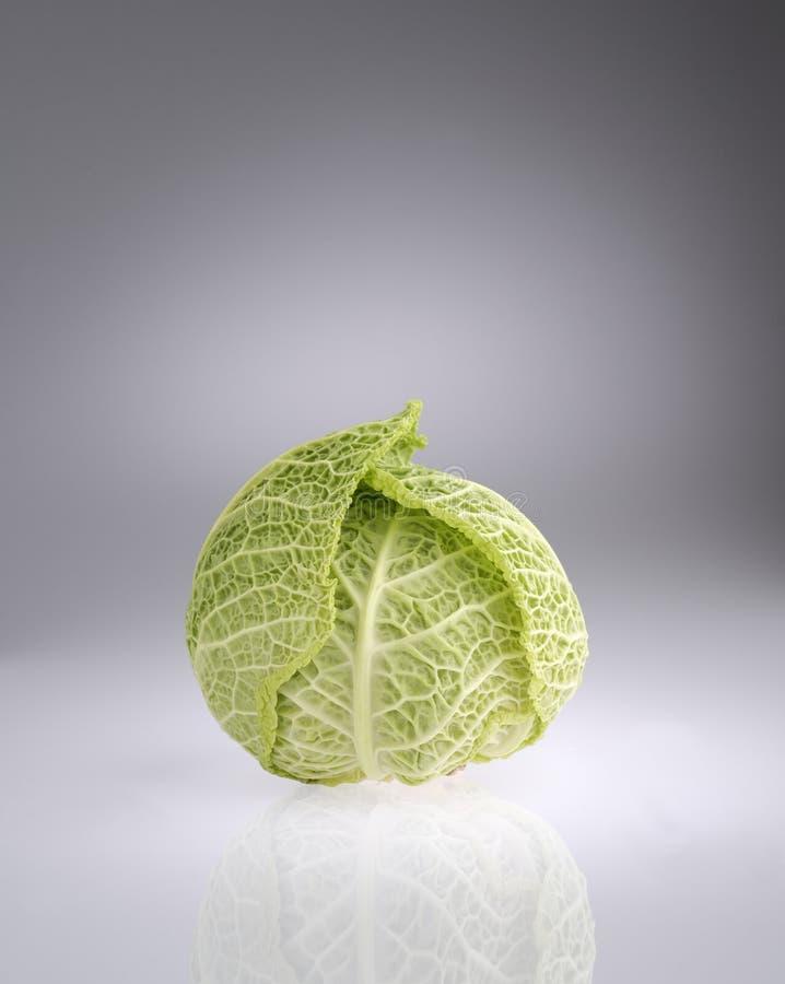 Σφαίρα πράσινων λάχανων στο γκρίζο υπόβαθρο στοκ εικόνες