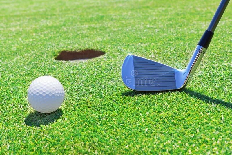 Σφαίρα ραβδιών γκολφ κοντά στην τρύπα. στοκ εικόνα με δικαίωμα ελεύθερης χρήσης