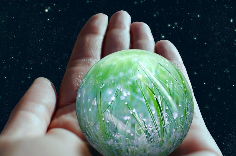 Σφαίρα στο ανθρώπινο χέρι ενάντια στον ουρανό κόσμου Έννοια προστασίας του περιβάλλοντος ελεύθερη απεικόνιση δικαιώματος