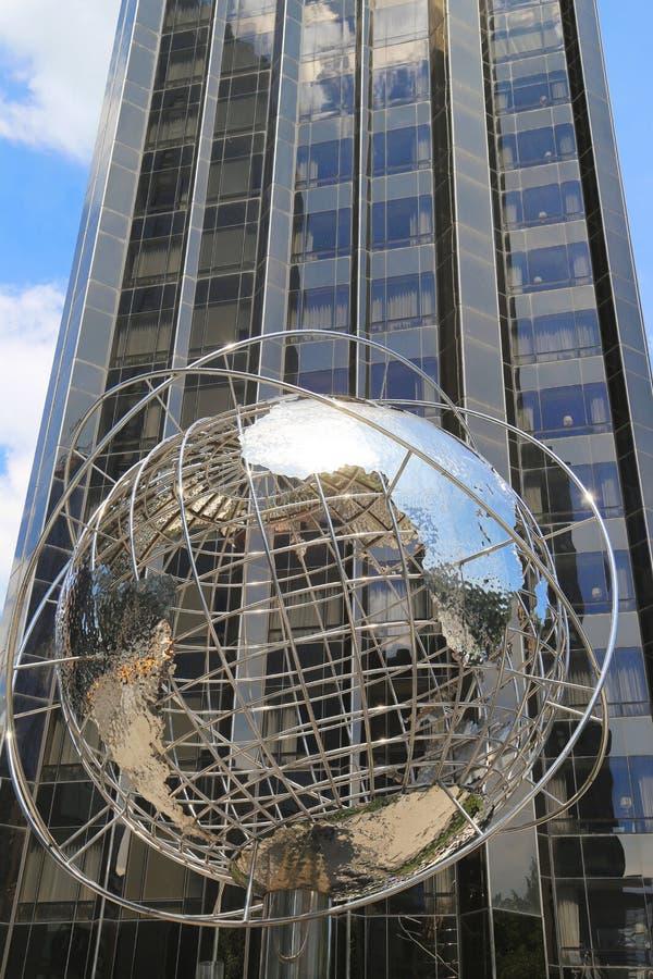 Σφαίρα στο μέτωπο του διεθνών ξενοδοχείου και του πύργου ατού στον κύκλο του Columbus στο Μανχάταν στοκ φωτογραφίες