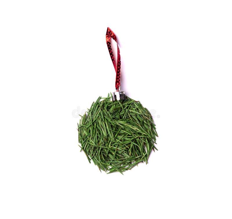 σφαίρα στο χριστουγεννιάτικο δέντρο στη κόκκινη γραμμή στοκ εικόνες