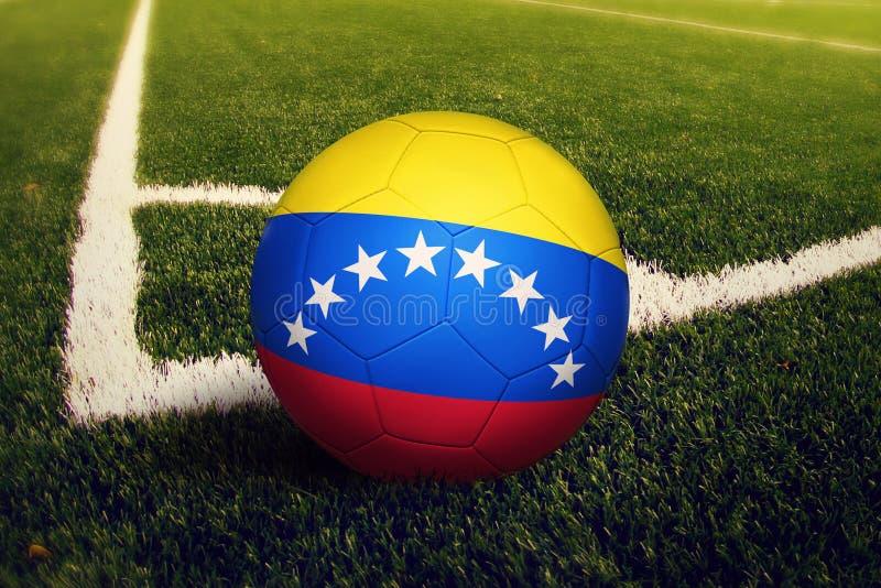 Σφαίρα της Βενεζουέλας στη θέση λακτίσματος γωνιών, υπόβαθρο γηπέδων ποδοσφαίρου Εθνικό θέμα ποδοσφαίρου στην πράσινη χλόη απεικόνιση αποθεμάτων