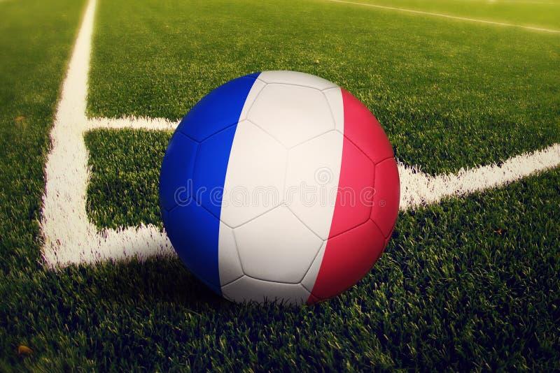 Σφαίρα της Γαλλίας στη θέση λακτίσματος γωνιών, υπόβαθρο γηπέδων ποδοσφαίρου Εθνικό θέμα ποδοσφαίρου στην πράσινη χλόη στοκ φωτογραφία