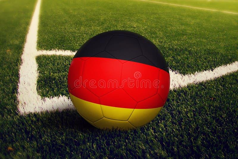 Σφαίρα της Γερμανίας στη θέση λακτίσματος γωνιών, υπόβαθρο γηπέδων ποδοσφαίρου Εθνικό θέμα ποδοσφαίρου στην πράσινη χλόη στοκ φωτογραφίες