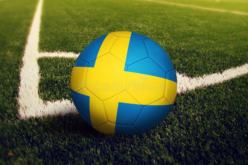Σφαίρα της Σουηδίας στη θέση λακτίσματος γωνιών, υπόβαθρο γηπέδων ποδοσφαίρου Εθνικό θέμα ποδοσφαίρου στην πράσινη χλόη απεικόνιση αποθεμάτων