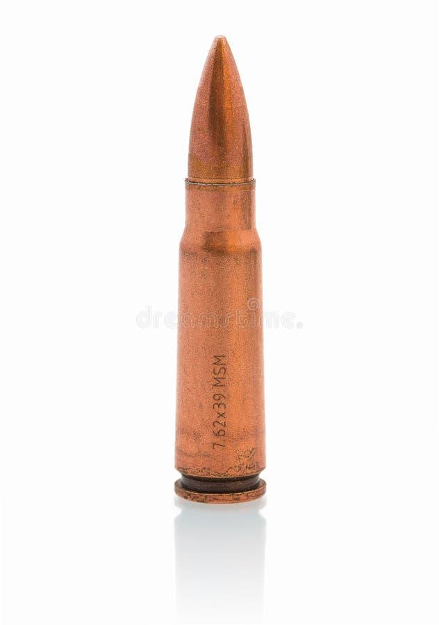 Σφαίρα 7 62 χιλ. caliber που απομονώνονται στο άσπρο υπόβαθρο με την αντανάκλαση σκιών στοκ εικόνες με δικαίωμα ελεύθερης χρήσης