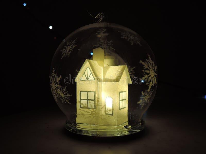 Σφαίρα Χριστουγέννων γυαλιού μέσα στην οποία ένα όμορφο άσπρο φως πυράκτωσης Λευκών Οίκων στοκ φωτογραφία με δικαίωμα ελεύθερης χρήσης