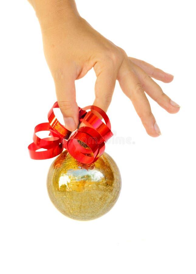 Σφαίρα Χριστουγέννων εκμετάλλευσης χεριών στοκ εικόνα