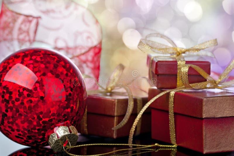 Σφαίρα Χριστουγέννων και κιβώτιο δώρων στοκ εικόνες με δικαίωμα ελεύθερης χρήσης