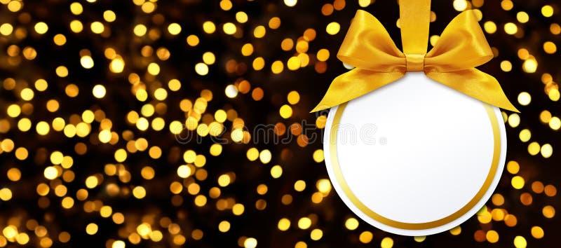 Σφαίρα Χριστουγέννων με την ένωση τόξων στο υπόβαθρο φω'των στοκ εικόνα με δικαίωμα ελεύθερης χρήσης