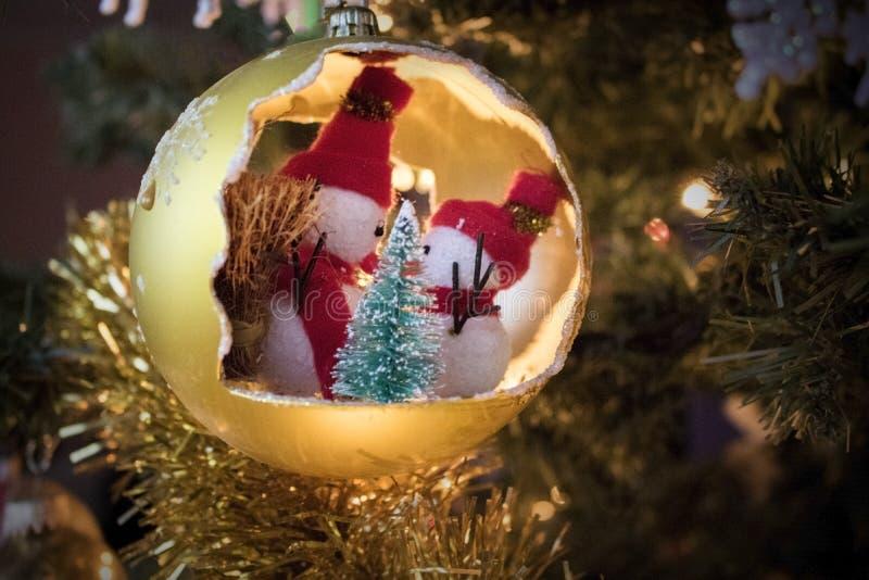 Σφαίρα Χριστουγέννων με το χιονάνθρωπο στο δέντρο, διακόσμηση διακοσμήσεων στοκ φωτογραφία με δικαίωμα ελεύθερης χρήσης