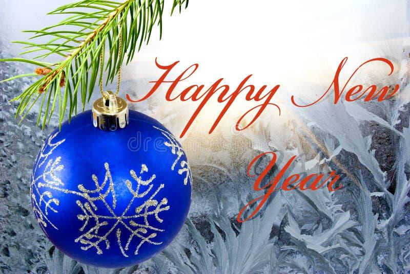 Σφαίρα Χριστουγέννων στο χειμερινό παγετό στο παράθυρο ελεύθερη απεικόνιση δικαιώματος