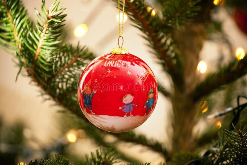 Σφαίρα Χριστουγέννων UNICEF στοκ εικόνα με δικαίωμα ελεύθερης χρήσης