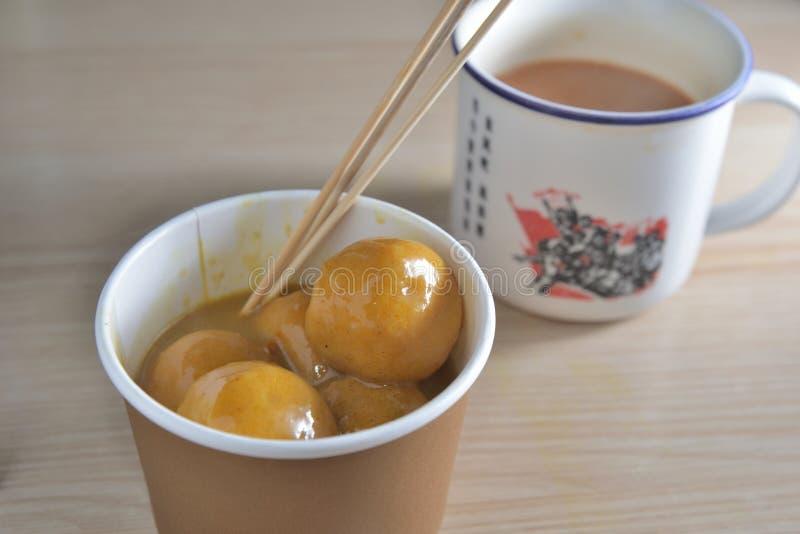 Σφαίρα ψαριών κάρρυ και τσάι γάλακτος στοκ φωτογραφία με δικαίωμα ελεύθερης χρήσης