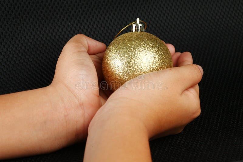 Σφαίρα chrismas λαβής χεριών γυναικών στοκ φωτογραφία με δικαίωμα ελεύθερης χρήσης