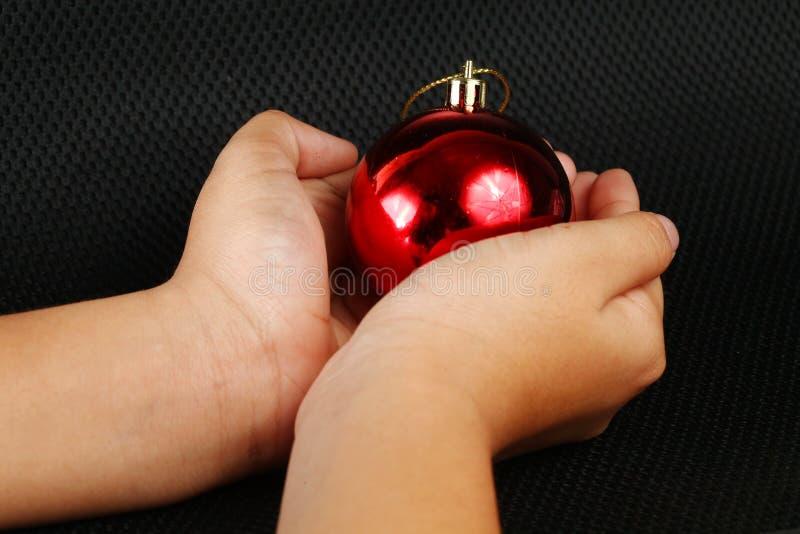 Σφαίρα chrismas λαβής χεριών γυναικών στοκ εικόνες