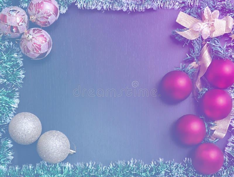 Σφαίρες διακοσμήσεων για τα Χριστούγεννα και mesour σε ένα υπόβαθρο με μια κλίση από το μπλε στη βιολέτα σε ένα ξύλινο υπόβαθρο γ στοκ φωτογραφία με δικαίωμα ελεύθερης χρήσης